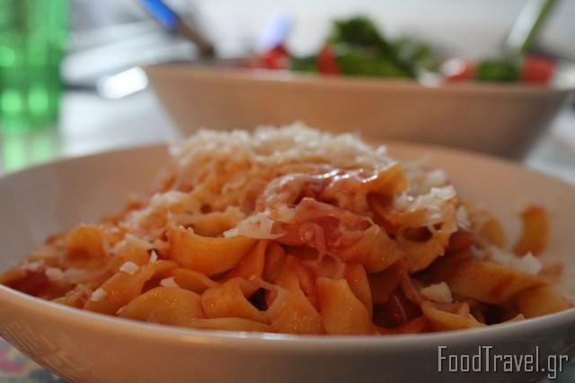 χυλοπίτες με κόκκινη σάλτσα