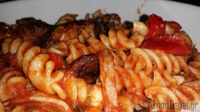 Μακαρόνια βίδες με κόκκινη σάλτσα